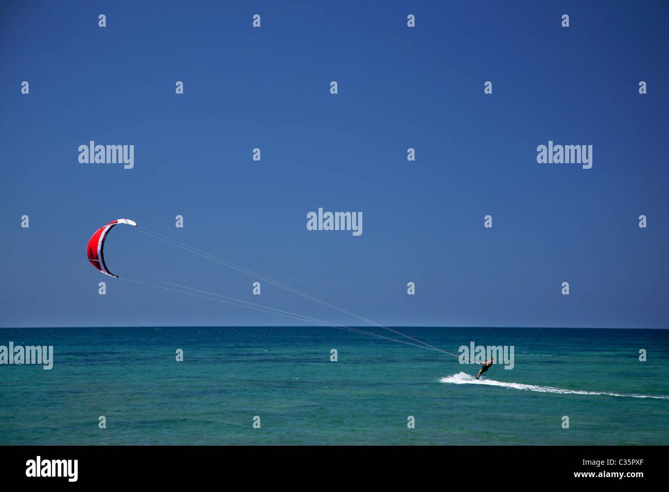 Il kite-surf, la Spiaggia Maimoni, la penisola del Sinis, Sardegna, Italia, Europa Immagini Stock