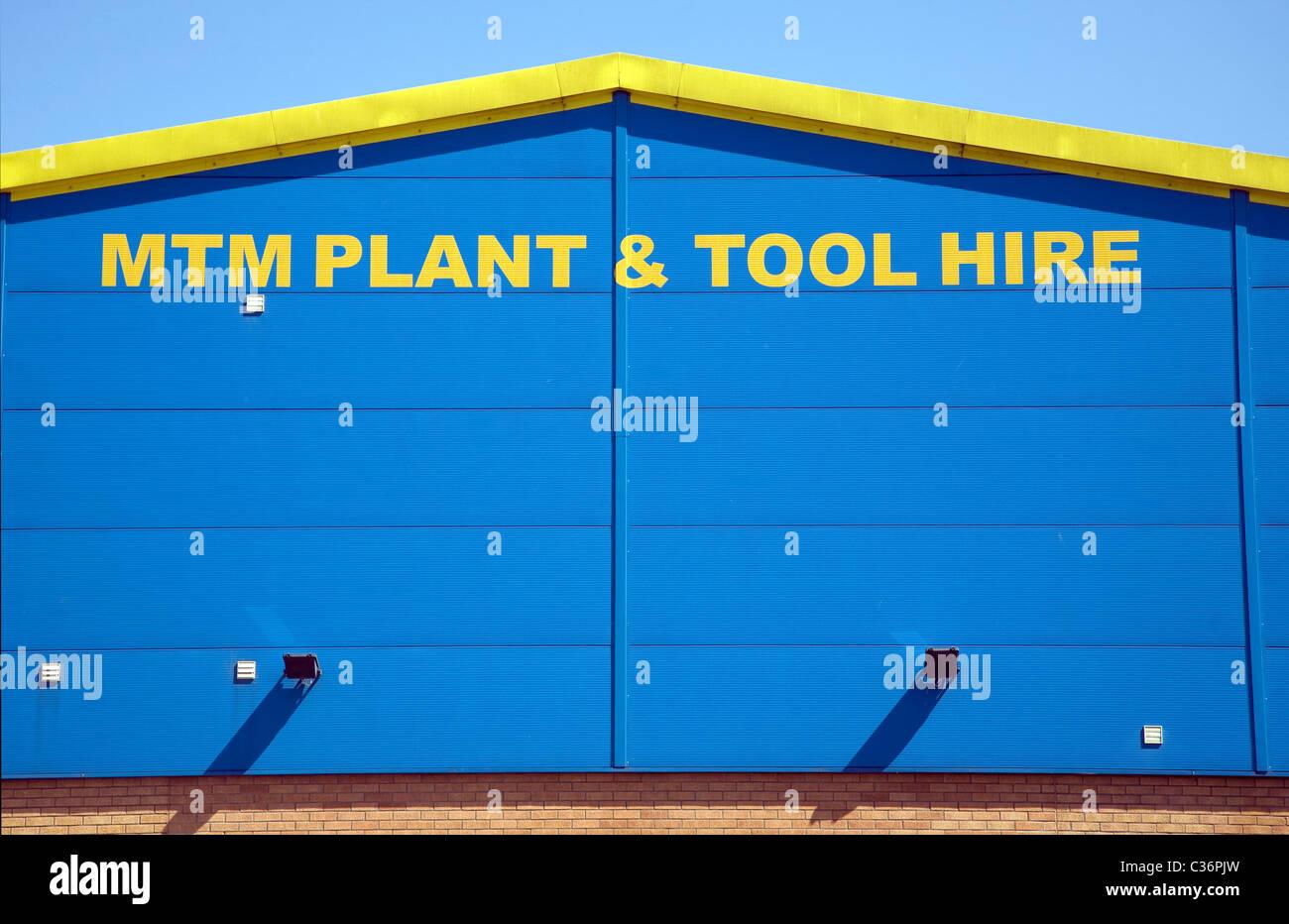 Giallo e blu graphic design pattern su edificio industriale MTM impianto lo strumento e la società di noleggio Immagini Stock