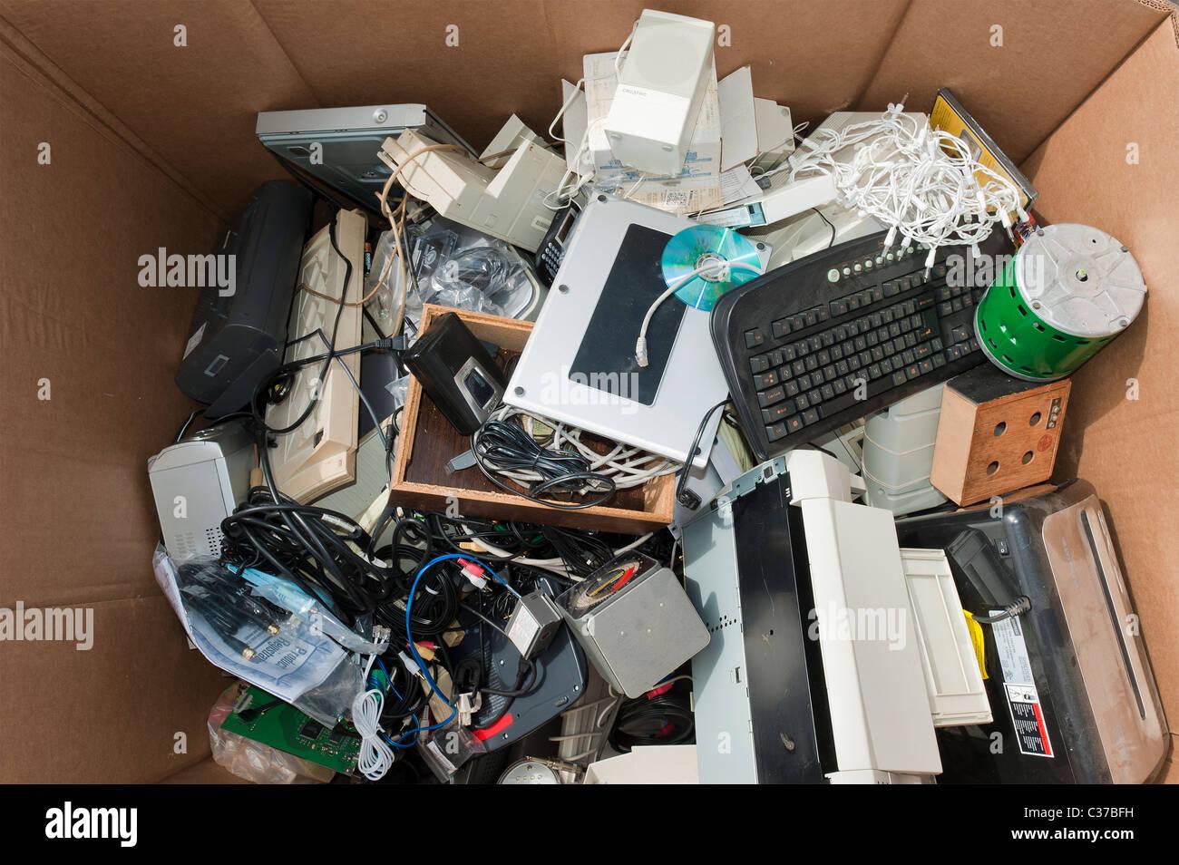 I prodotti elettronici raccolti per il riciclaggio in Santa Barbara a giornata della terra. Immagini Stock