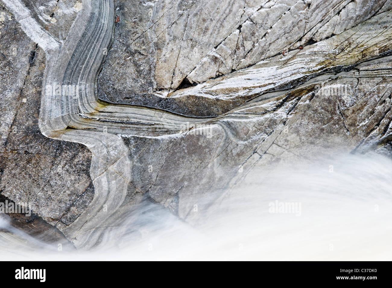 L'acqua di Bruar e mica roccia scistosa, Perth and Kinross, Scotland, Regno Unito. Immagini Stock