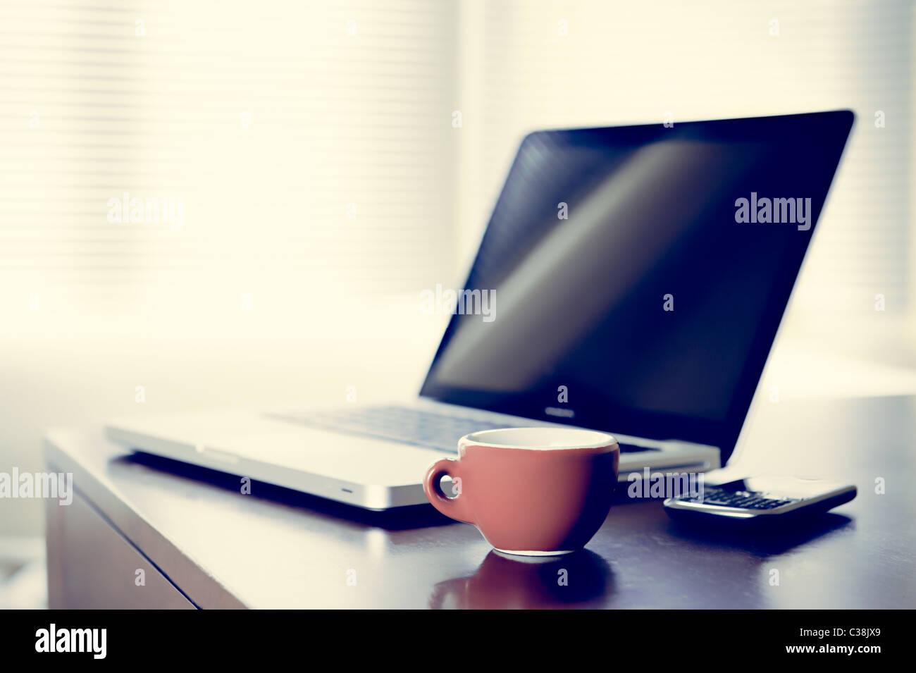 Pausa caffè concetto, l'immagine mostra un computer portatile, telefono cellulare e una tazza di caffè Immagini Stock