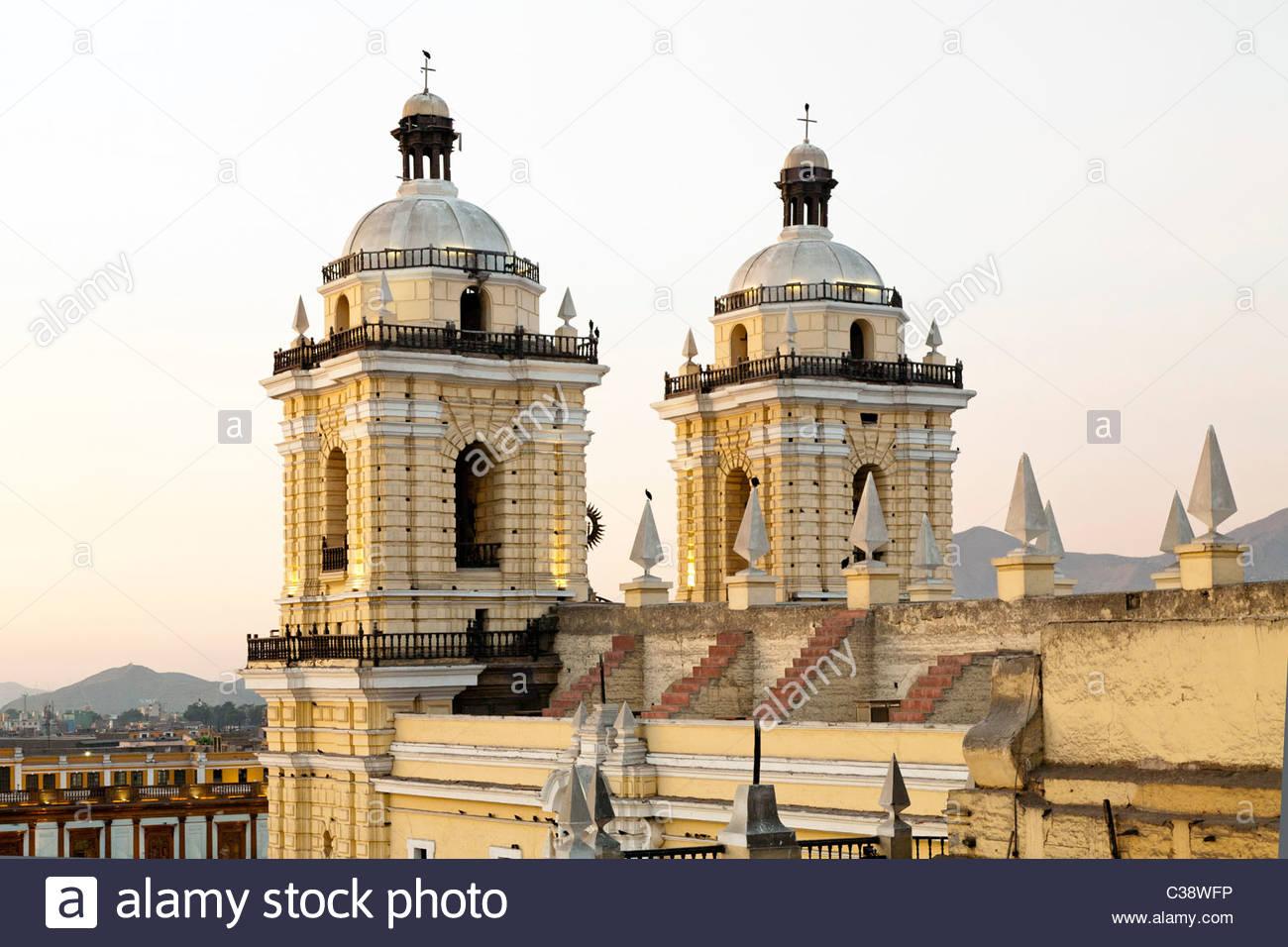 Vista posteriore della Basilica y Convento de San Francisco de Lima (San Francesco monastero) al tramonto. Lima, Immagini Stock