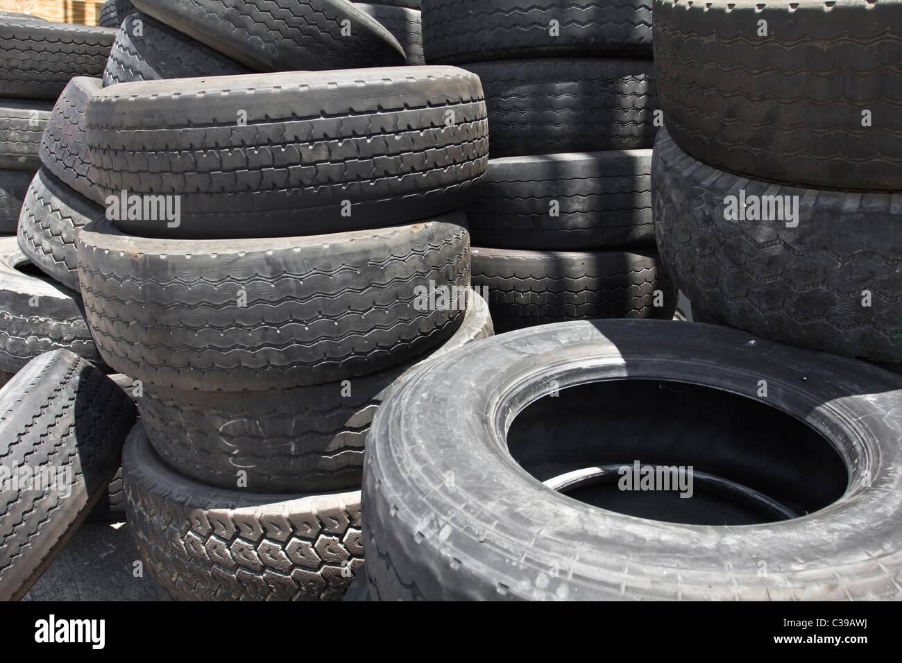 Pile di vecchi pneumatici per camion Immagini Stock