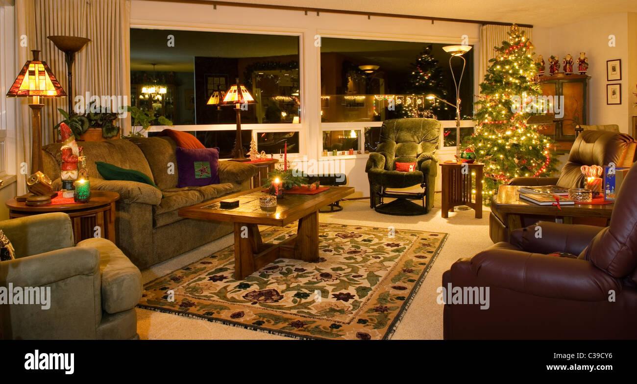 Soggiorno di casa con albero di Natale e decorazioni di ...