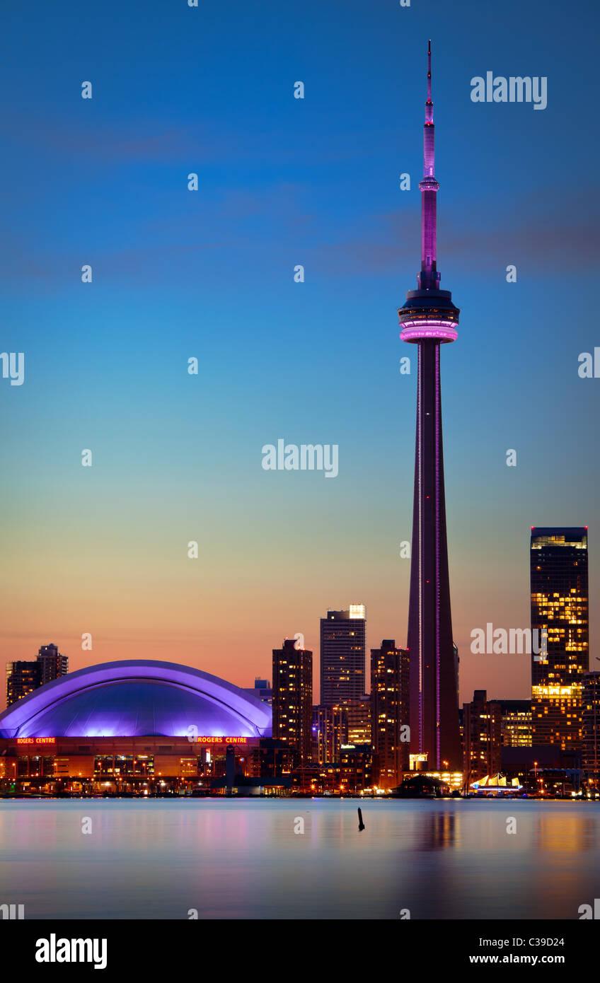 Downtown Toronto skyline, compresa la CN Tower e il Rogers Centre, come si vede in prima serata Immagini Stock