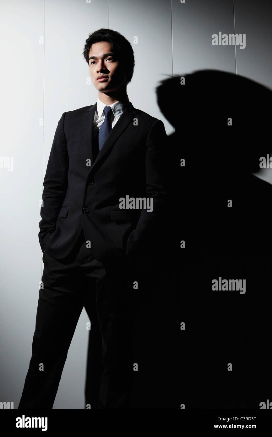 Immagine a colori 20-24 anni etnia asiatica capelli neri esterno dell'edificio di affari di persona imprenditore Immagini Stock