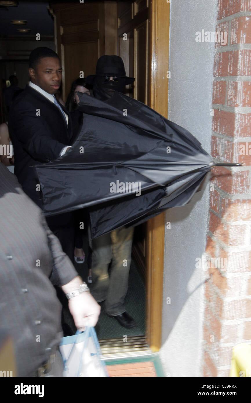 Michael Jackson si nasconde il suo volto sotto un foulard nero ... 15be649e9f9a