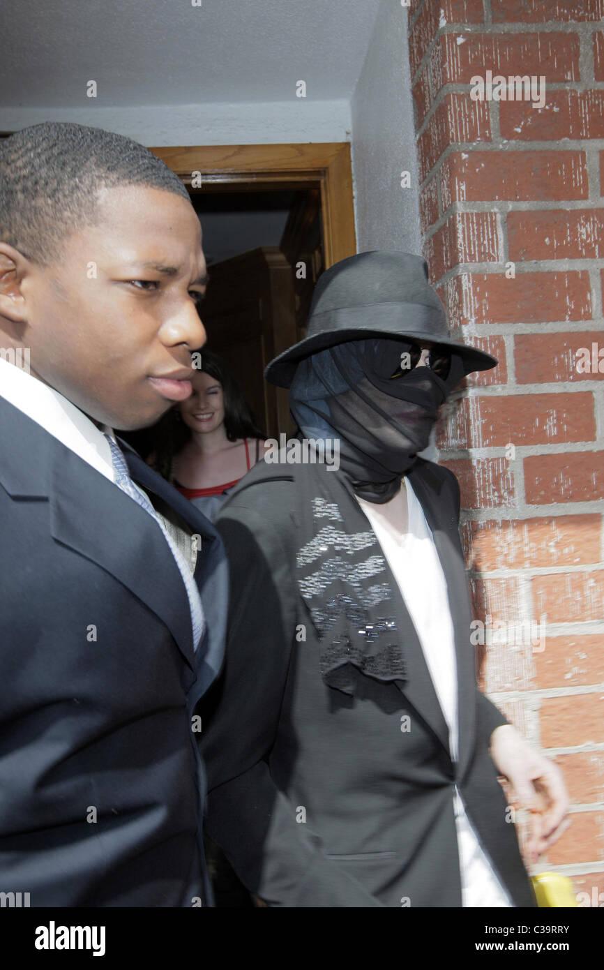 Michael Jackson Hides Face Under Immagini   Michael Jackson Hides ... f01615dab81f