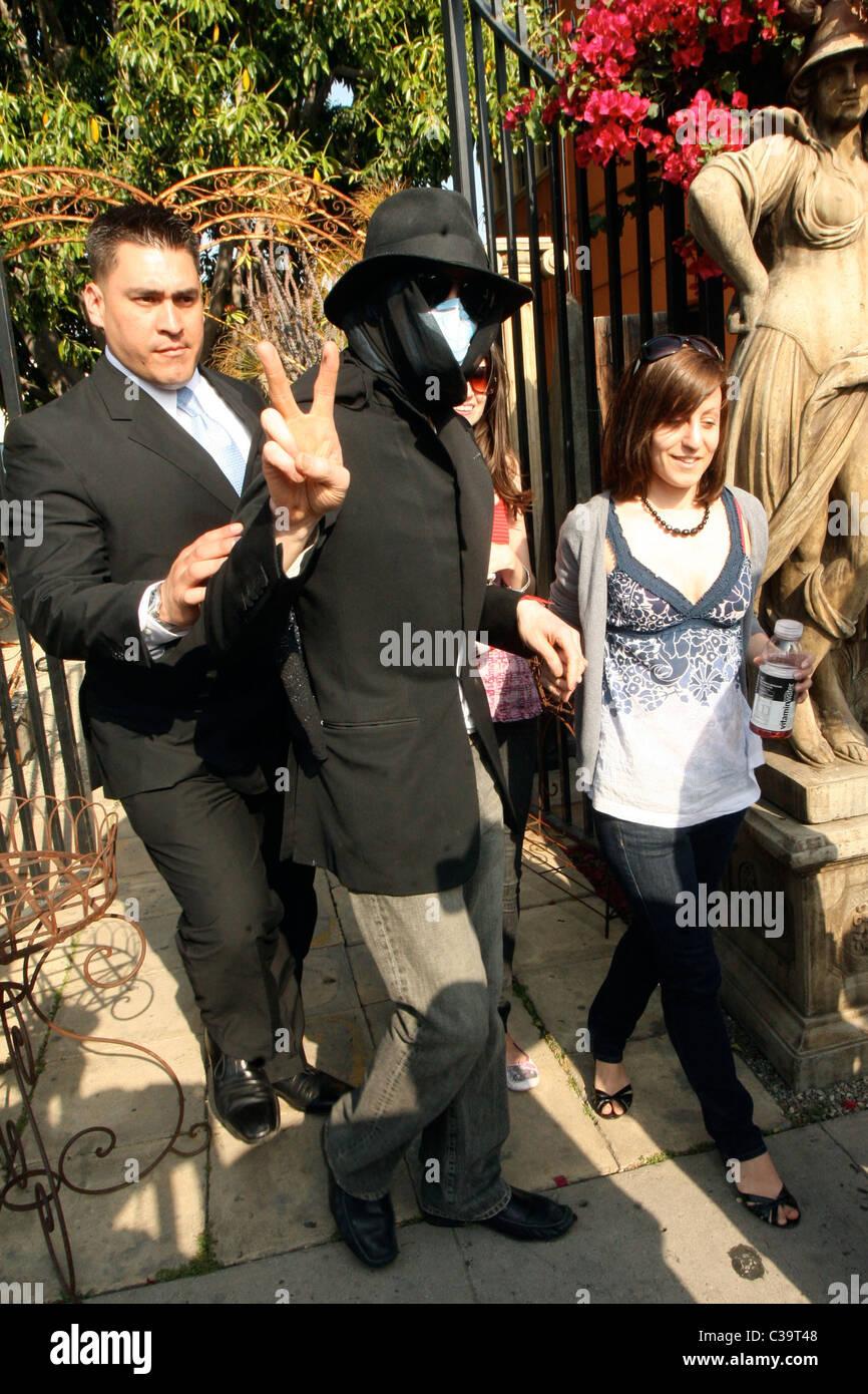 Michael Jackson vede shopping in un negozio di antiquariato di indossare una  mascherina chirurgica e hat a840537f37de