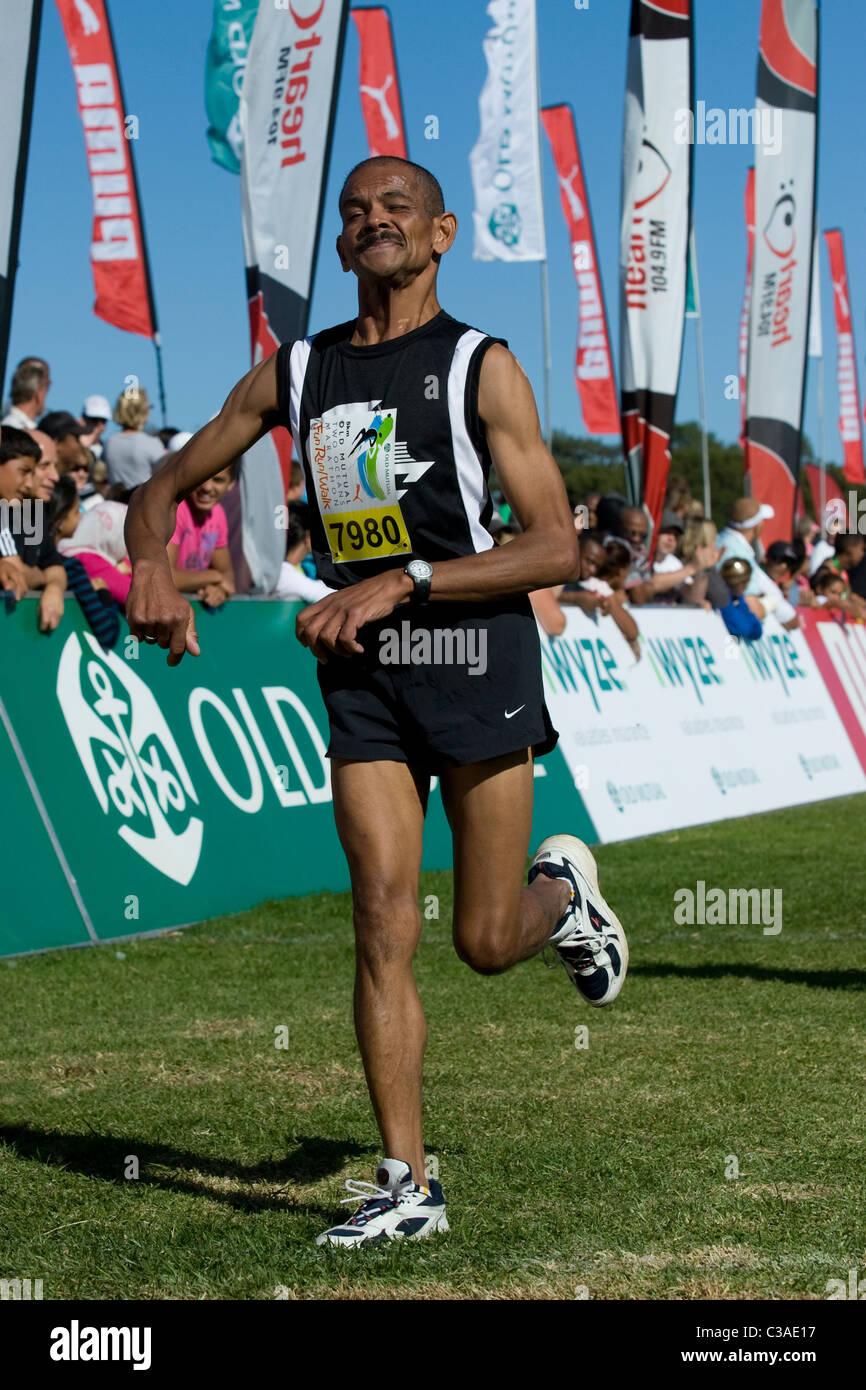 Runner con una disabilità termina il 5km Fun Run di due oceani maratona, Cape Town, Sud Africa Immagini Stock