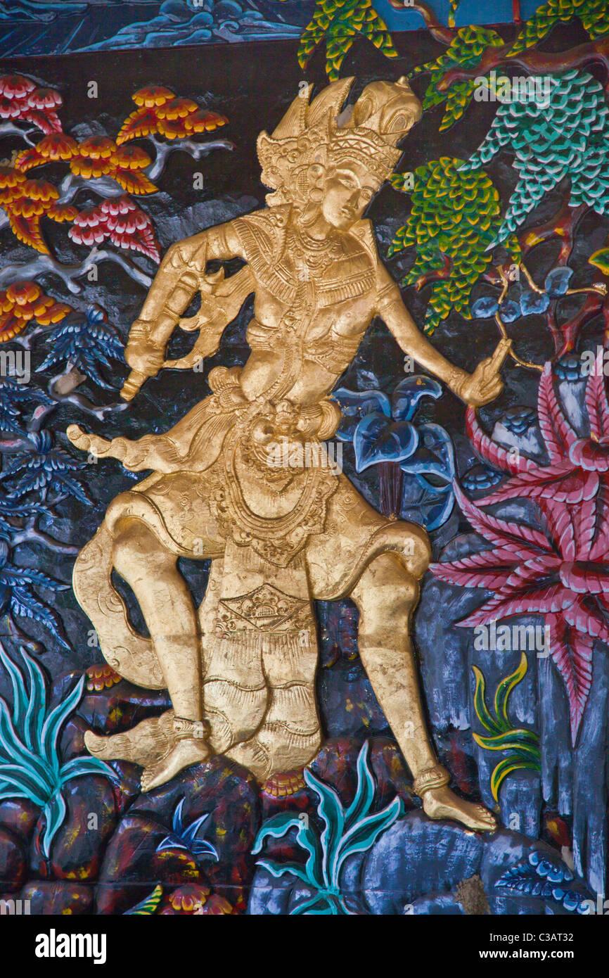 Un bassorilievo di una divinità Indù grazie un tempio - Ubud, Bali Immagini Stock