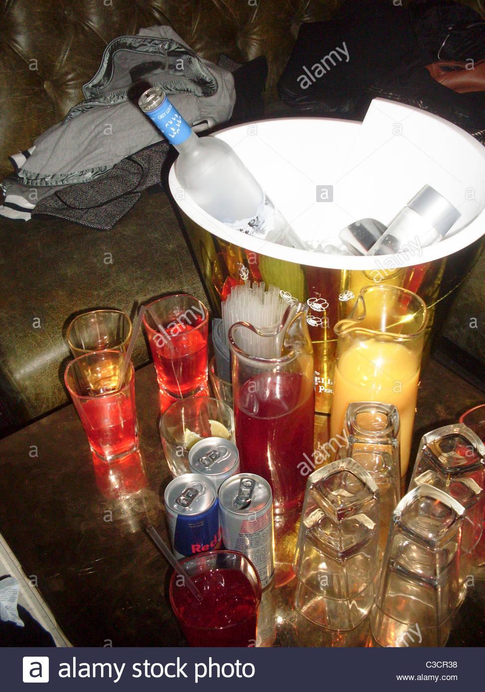 Regno Unito, Inghilterra, London, Mayfair, costoso Nightclub Tabella con Secchio champagne riempito con cubetti Immagini Stock