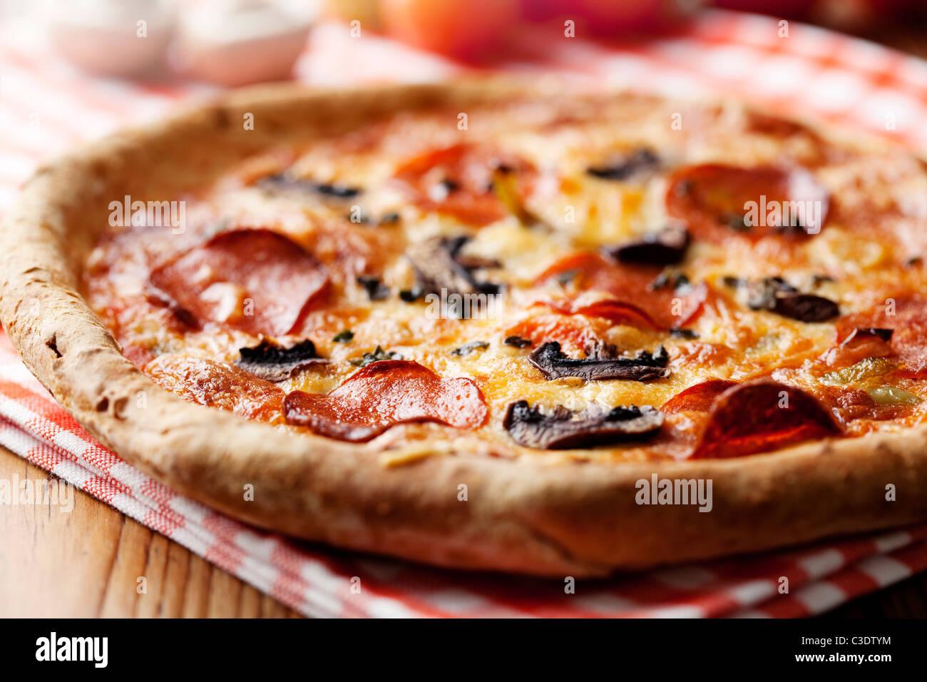 Salsiccia per pizza e pizza mushrooom closeup, shallow dof Immagini Stock
