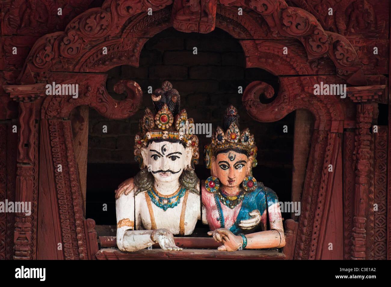 Una divinità Indù e la sua consorte guardare in giù da un tempio in Durbar Square, Kathmandu, prima Immagini Stock