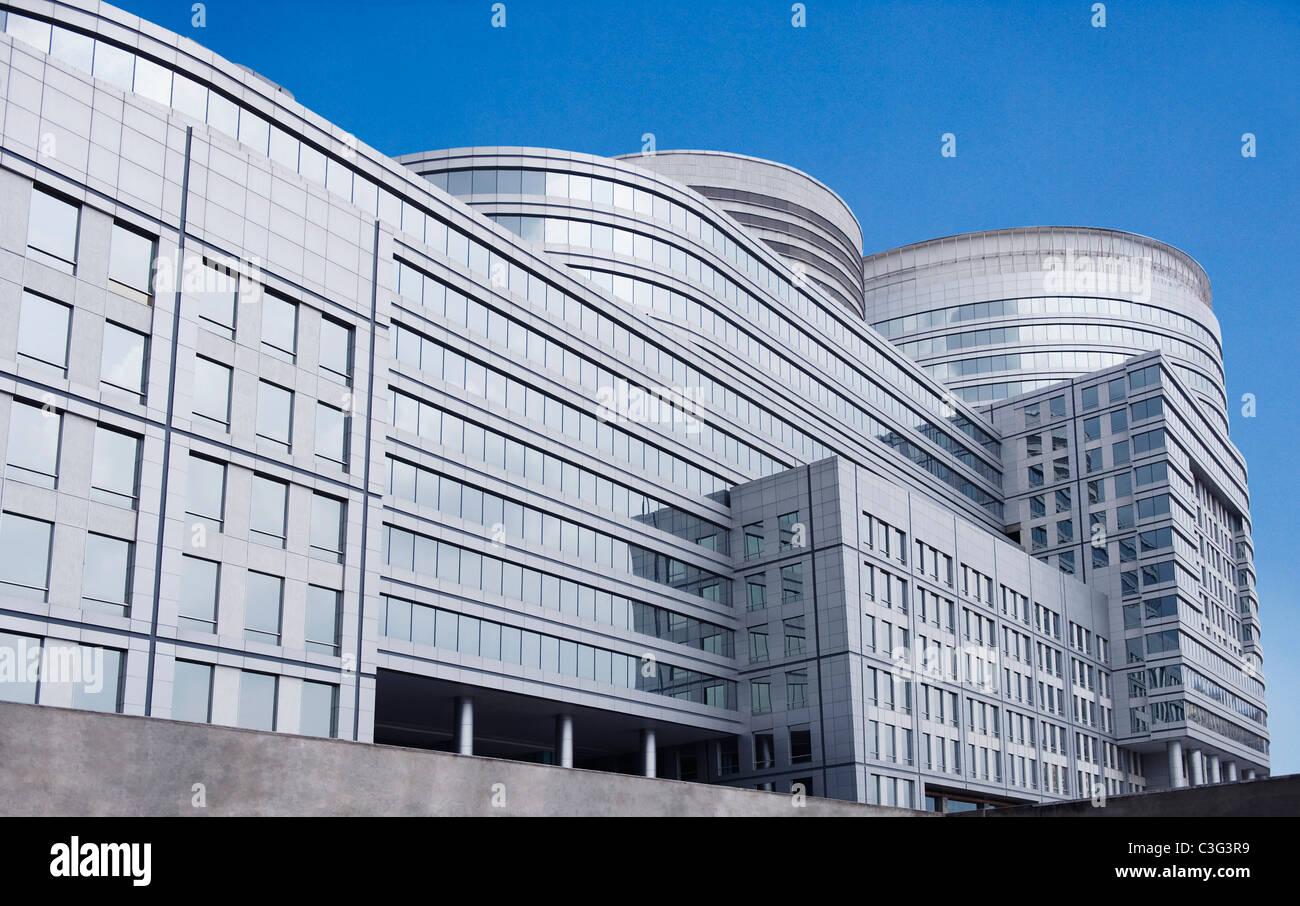 Basso angolo di visione di un edificio per uffici, Gurgaon, Haryana, India Immagini Stock