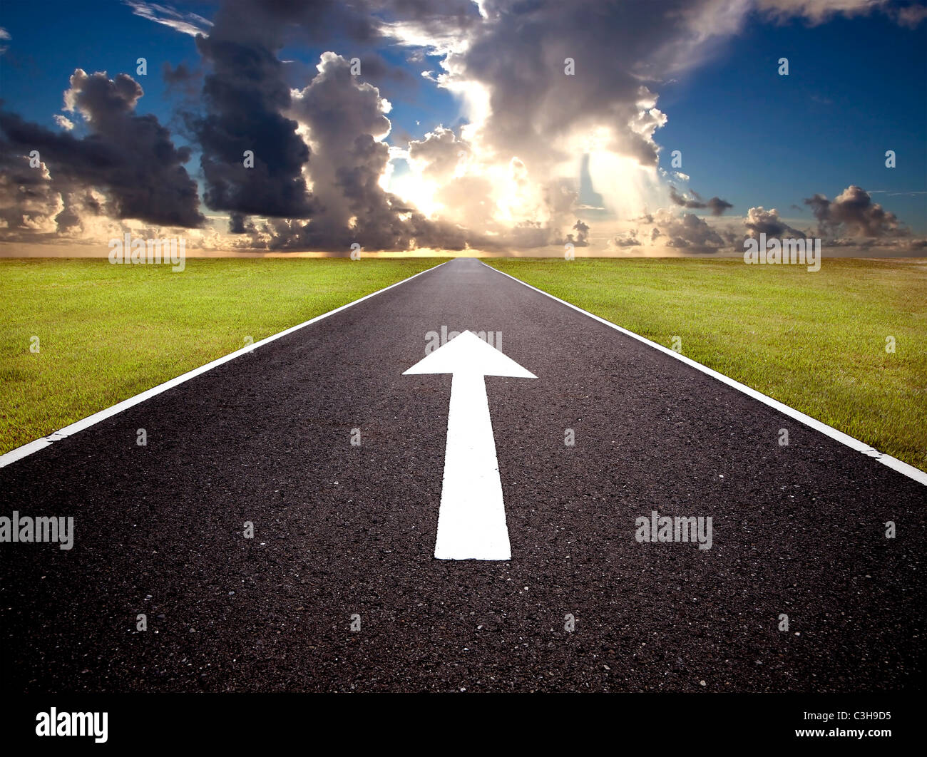 La strada per il sorgere del sole e il marchio di marcia avanti Foto Stock