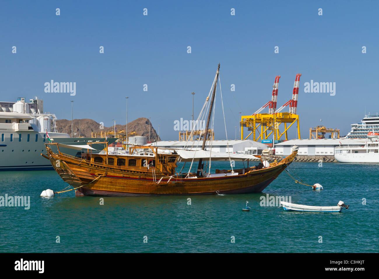 Barche ancorate nel porto di Mascate e Oman. Immagini Stock