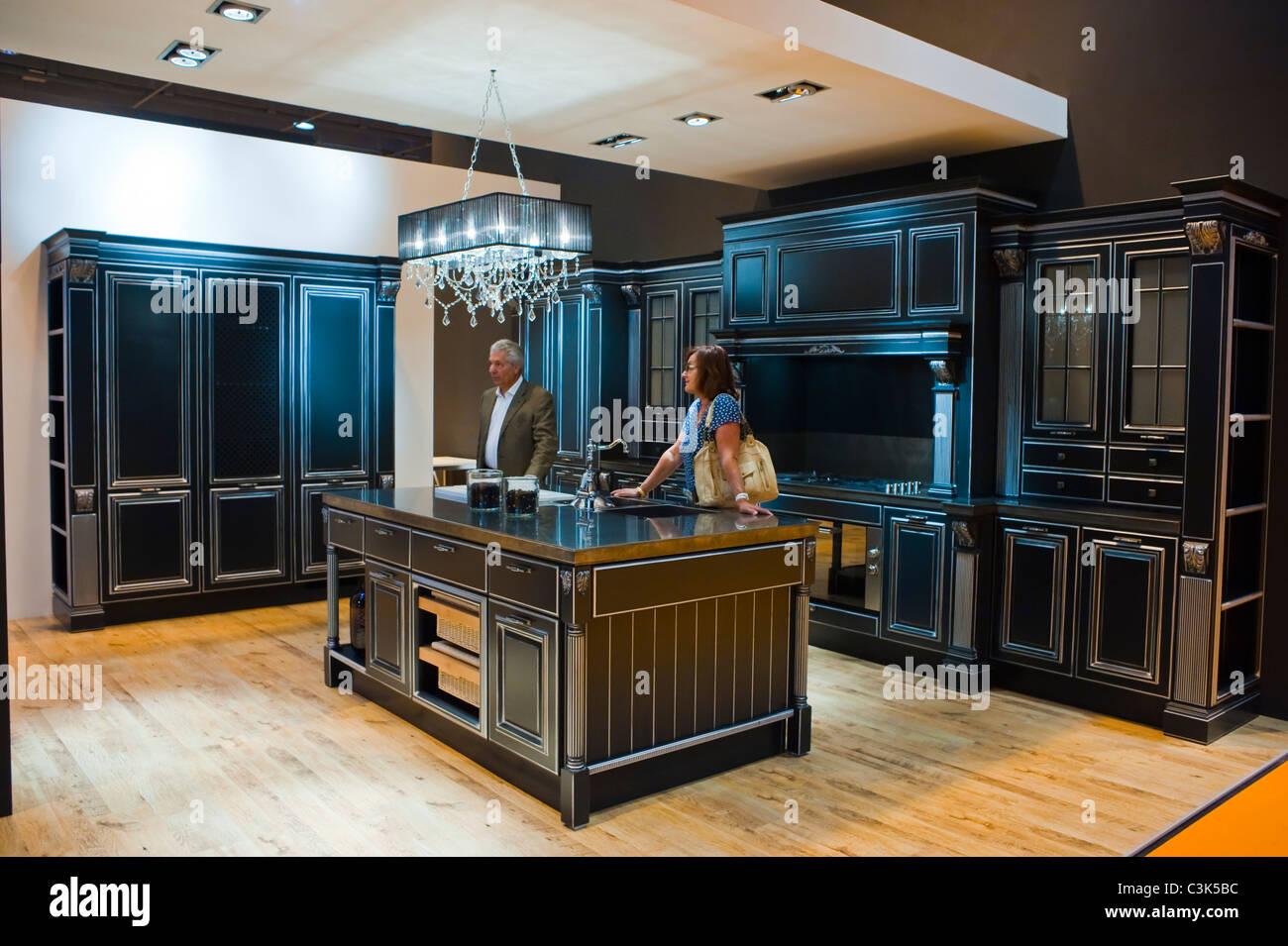 Parigi, Francia, giovane visitando il lusso cucine moderne ...
