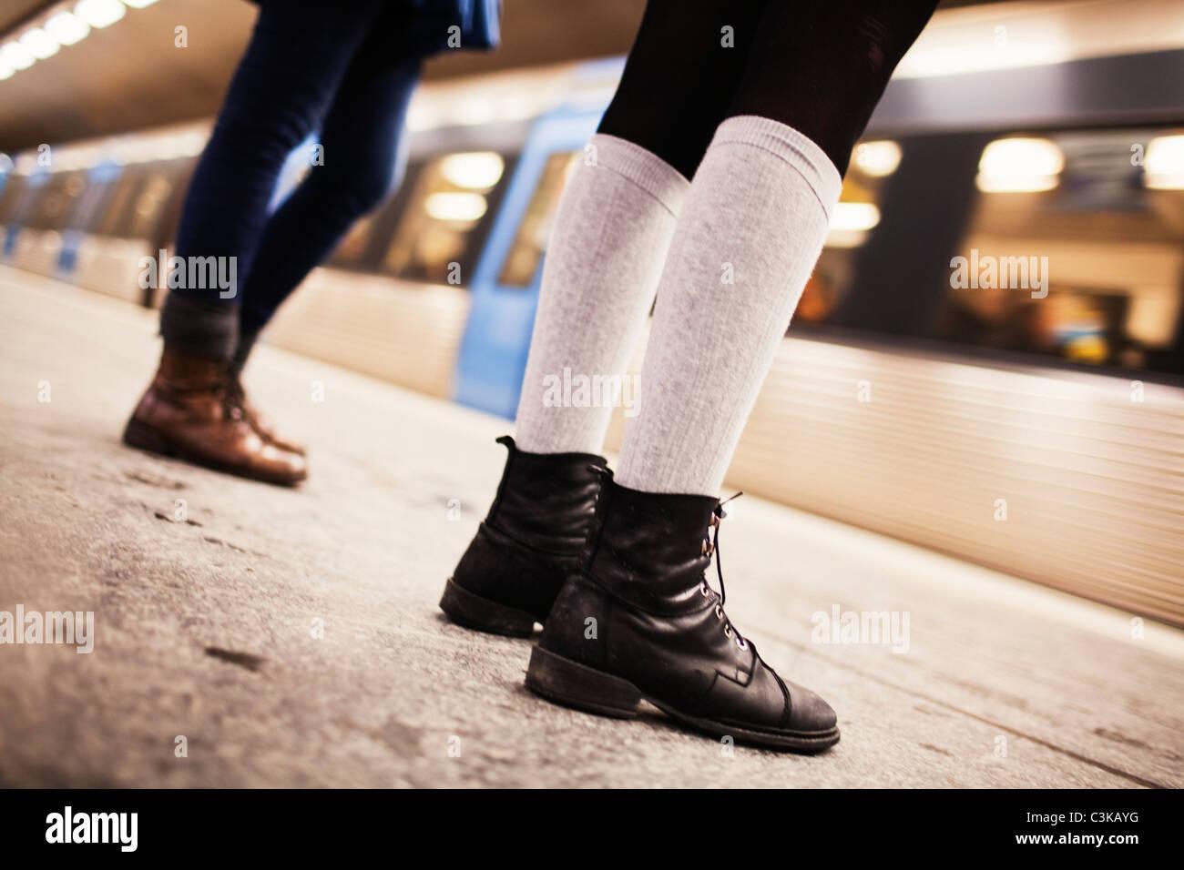 Sezione bassa di due adolescenti (14-15) ragazze permanente sulla stazione  della metropolitana 06c7666681d