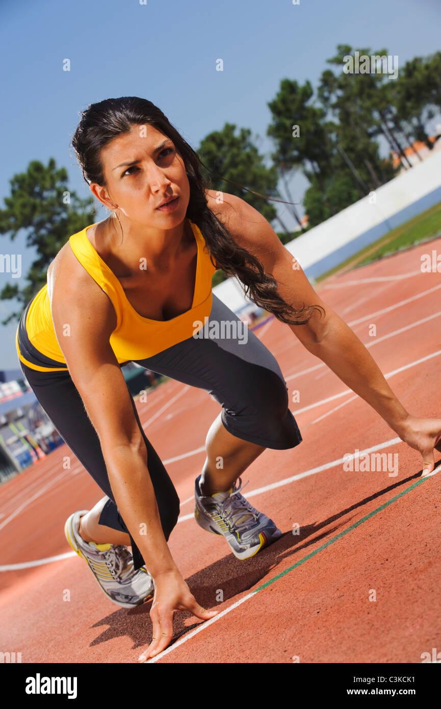 Metà donna adulta che esercitano sul Stadium Immagini Stock
