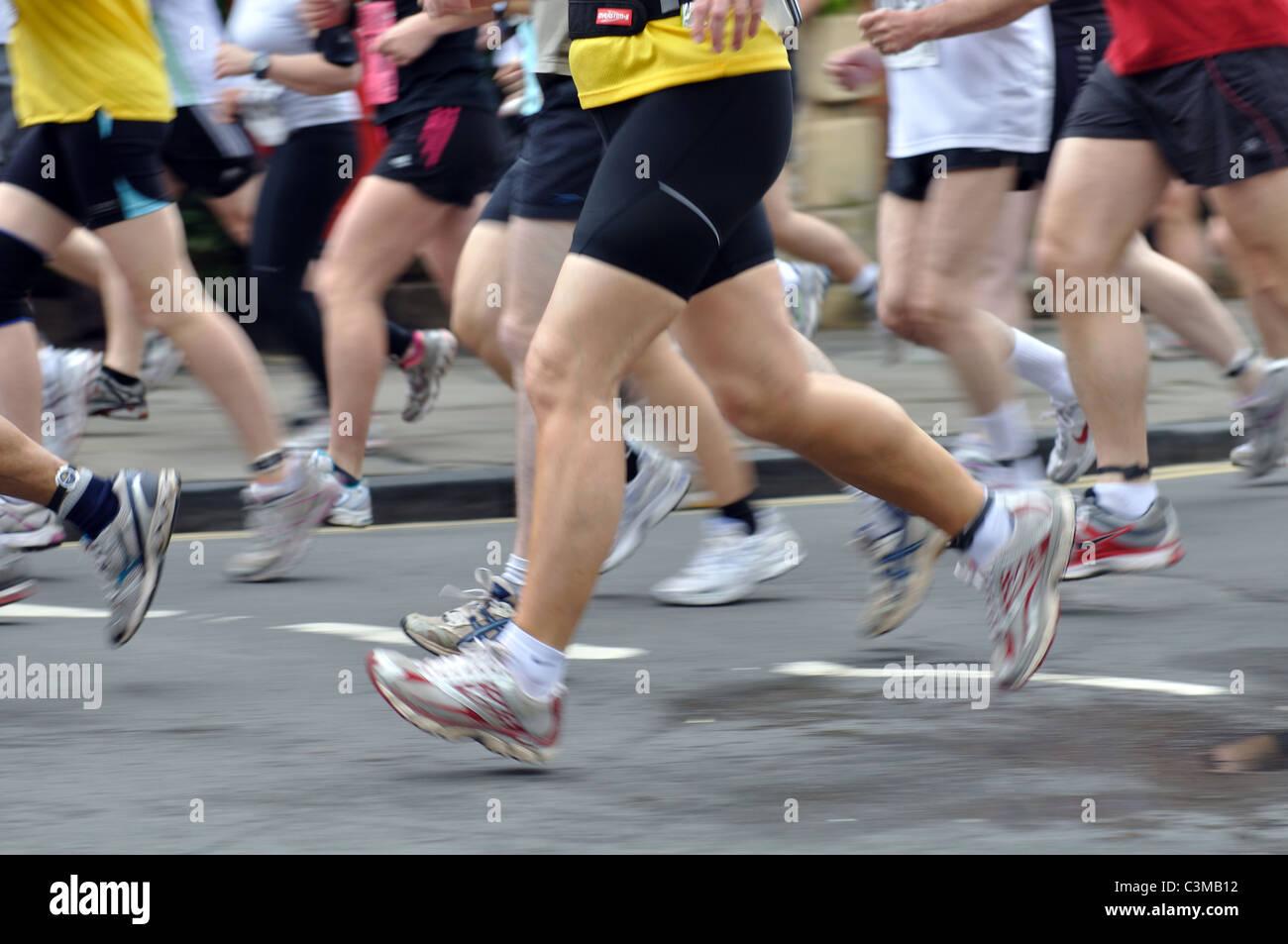 Le gambe dei corridori nella maratona di Shakespeare e Mezza Maratona Immagini Stock