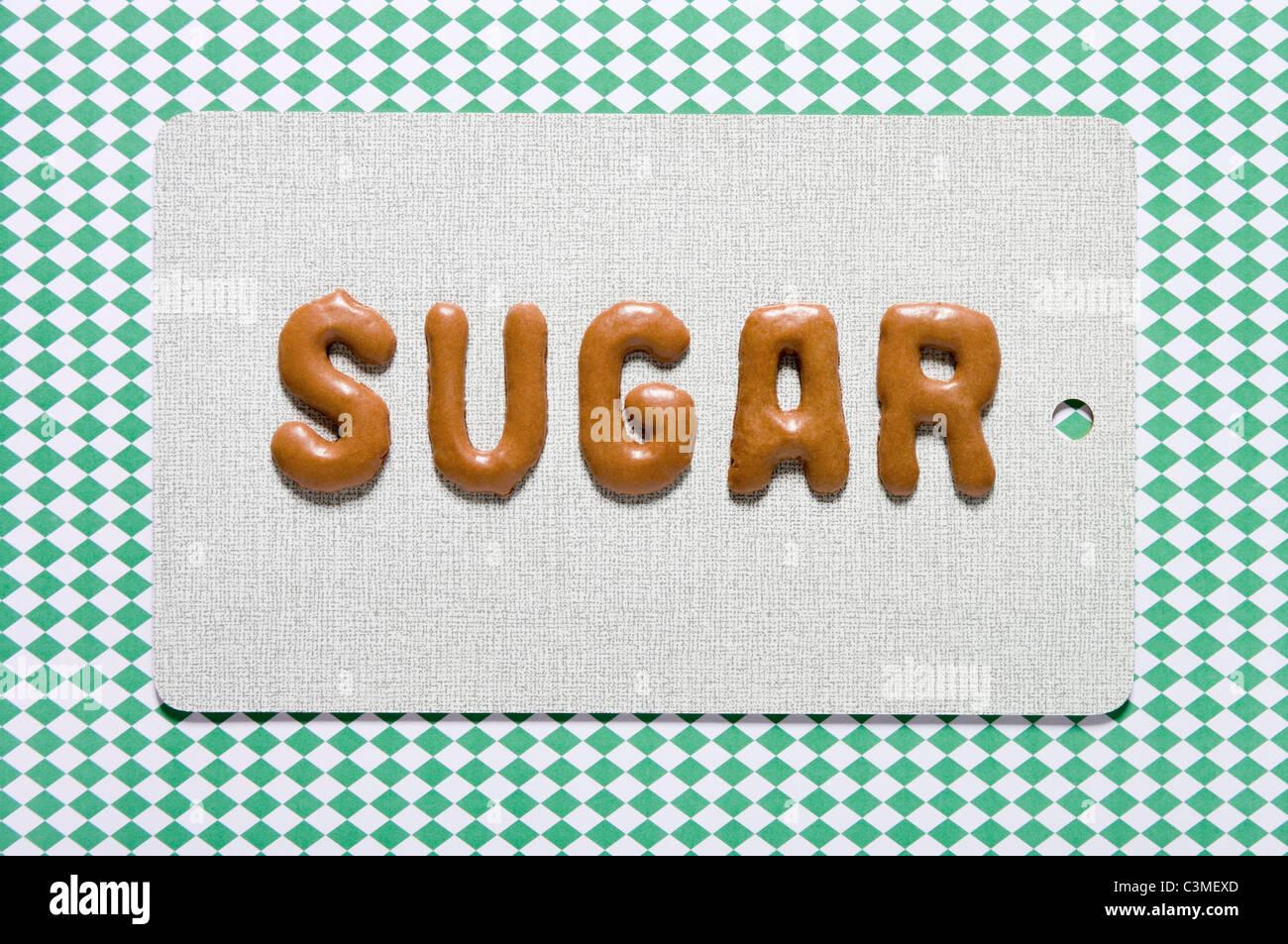 Zucchero di parola scritta con il pane russo sul piatto, close up Immagini Stock