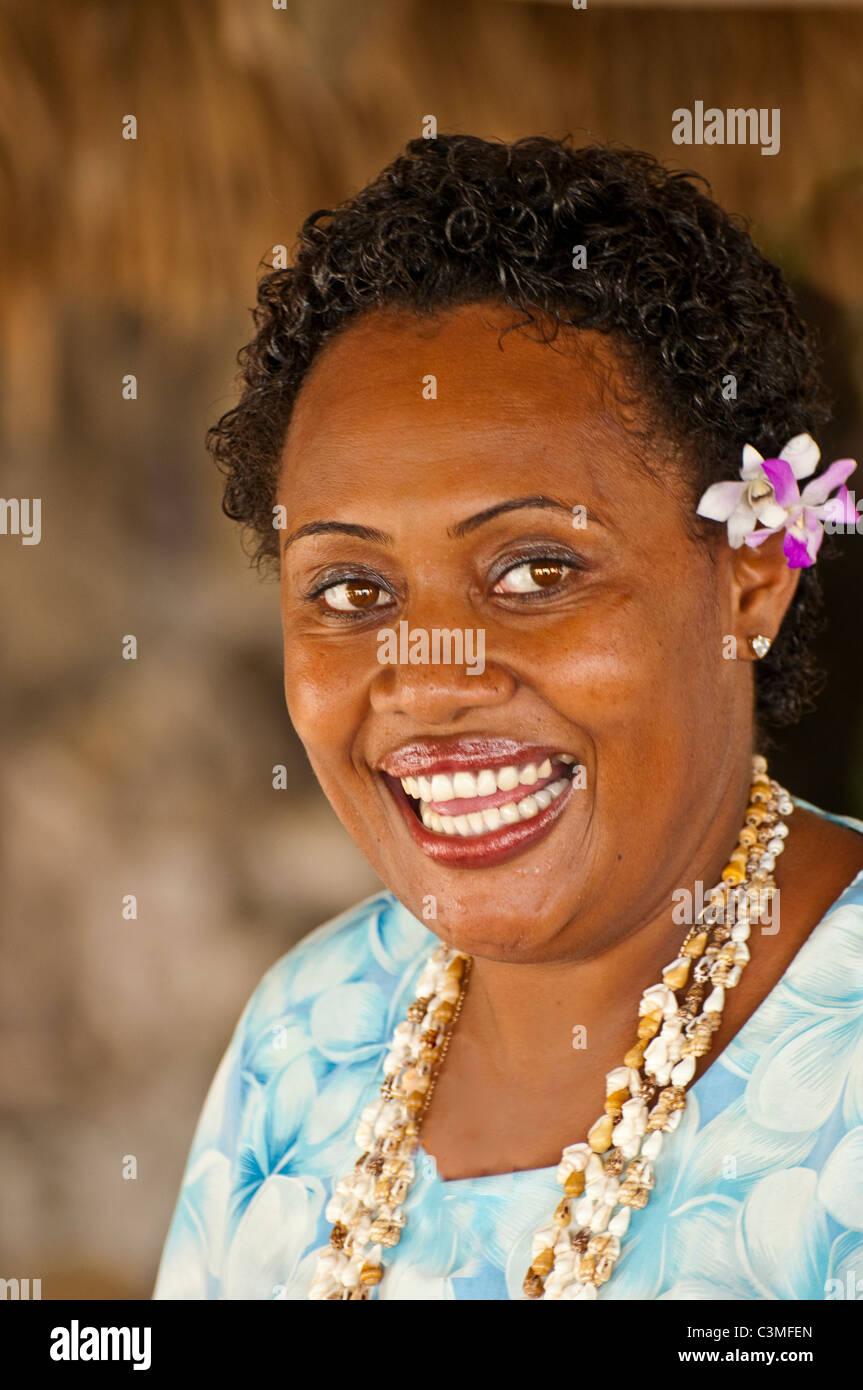 Felice Locall donna Fijiano saluta gli ospiti al Resort di naufraghi, Qualito Isola, Mamanucas, Isole Figi Immagini Stock
