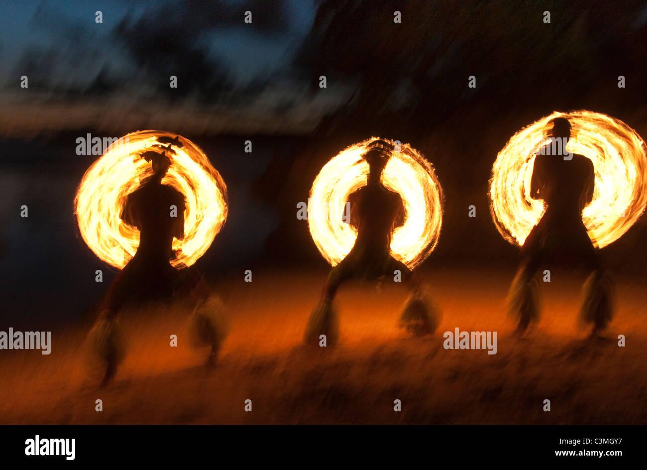 Tradizionale Fijiano ballerini di fuoco di eseguire presso Shangri-La Resort, Coral Coast, isola di Viti Levu, Isole Immagini Stock