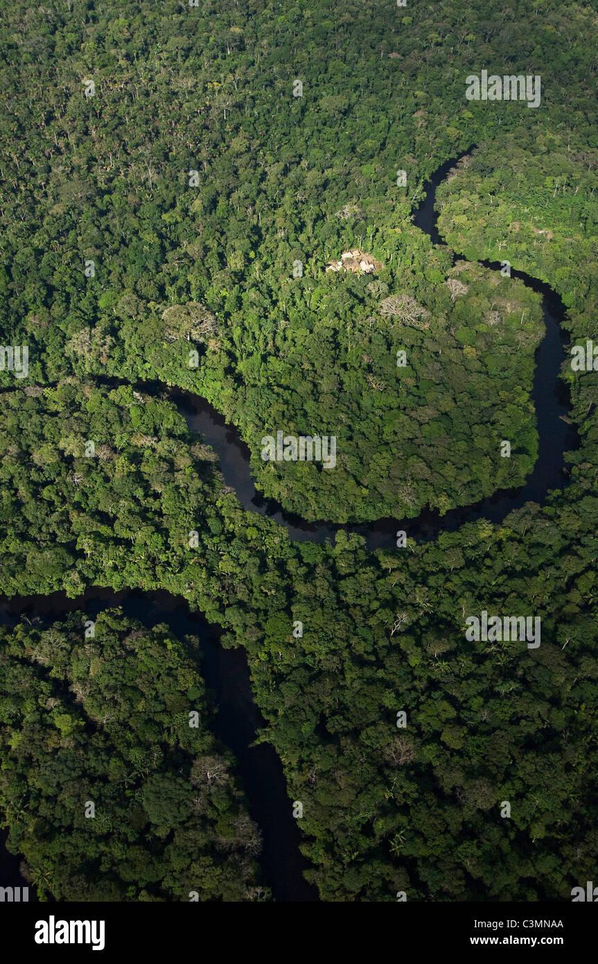 Meandri del fiume e Cofan case in riserva Cuyabeno, la foresta pluviale amazzonica ecuadoriana. Foto Stock