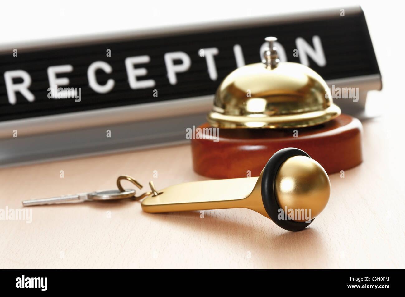 Segno di ricezione con servizio e bell hotel key sulla scrivania Immagini Stock
