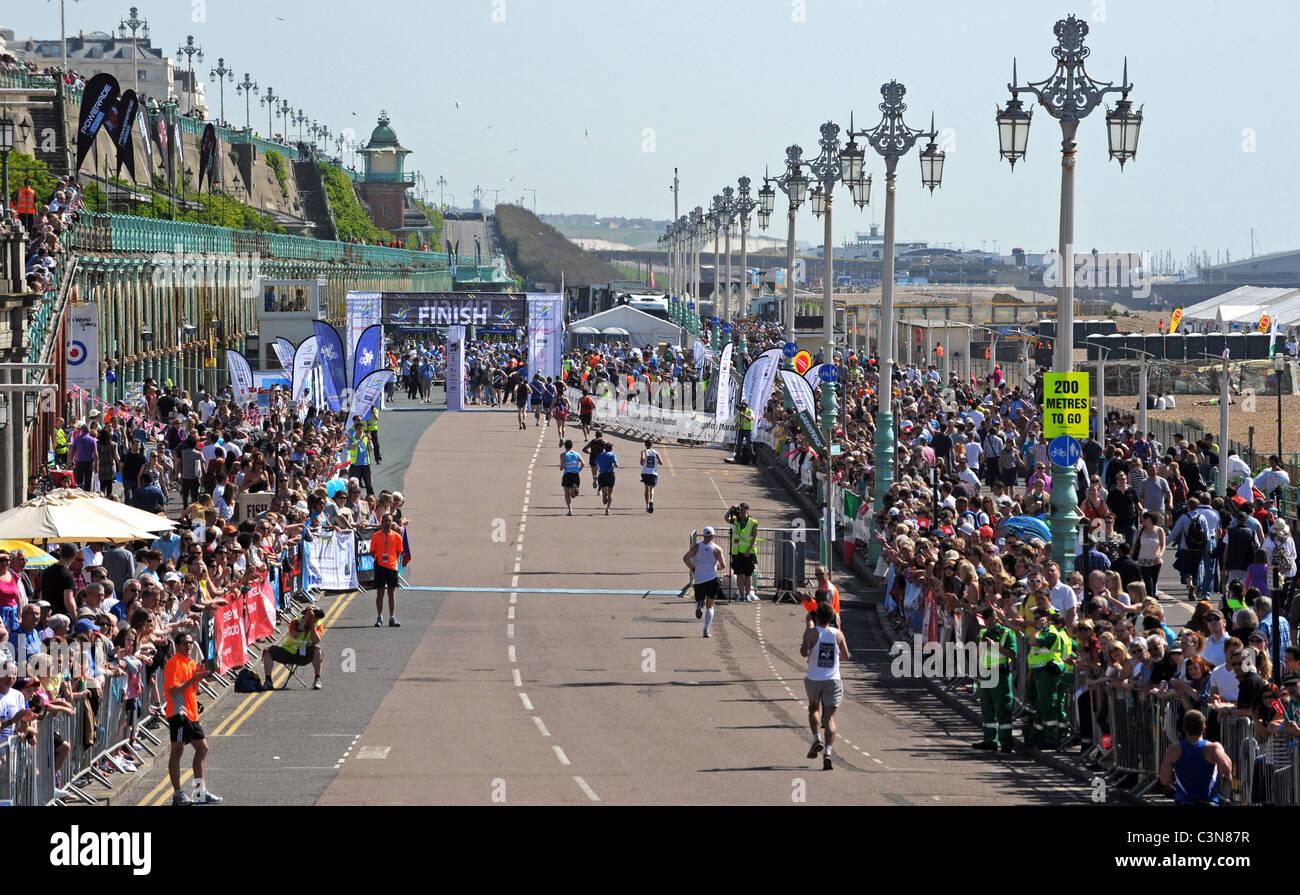 Brighton Marathon 2011 - testa di Runner per la linea del traguardo verso il basso madera drive Immagini Stock
