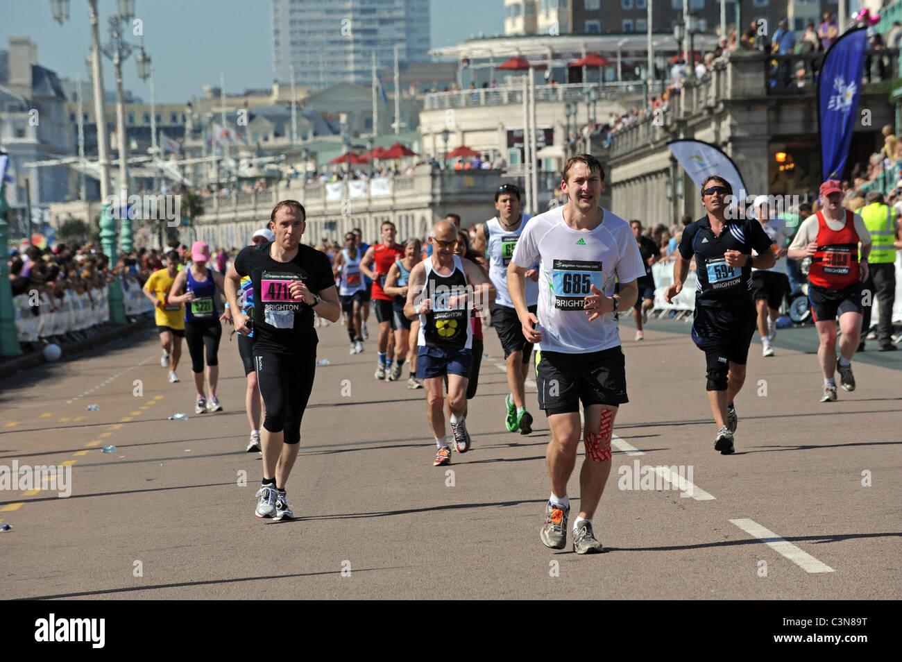 Brighton Marathon 2011 - testa di guide per la linea del traguardo su Madera drive Immagini Stock