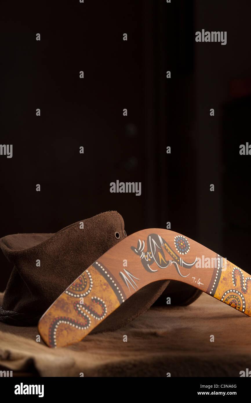 Australian Bush hat, di Episteme lo stile e il boomerang sulla kangaroo-pelle pelle non conciata con copia spazio. Immagini Stock
