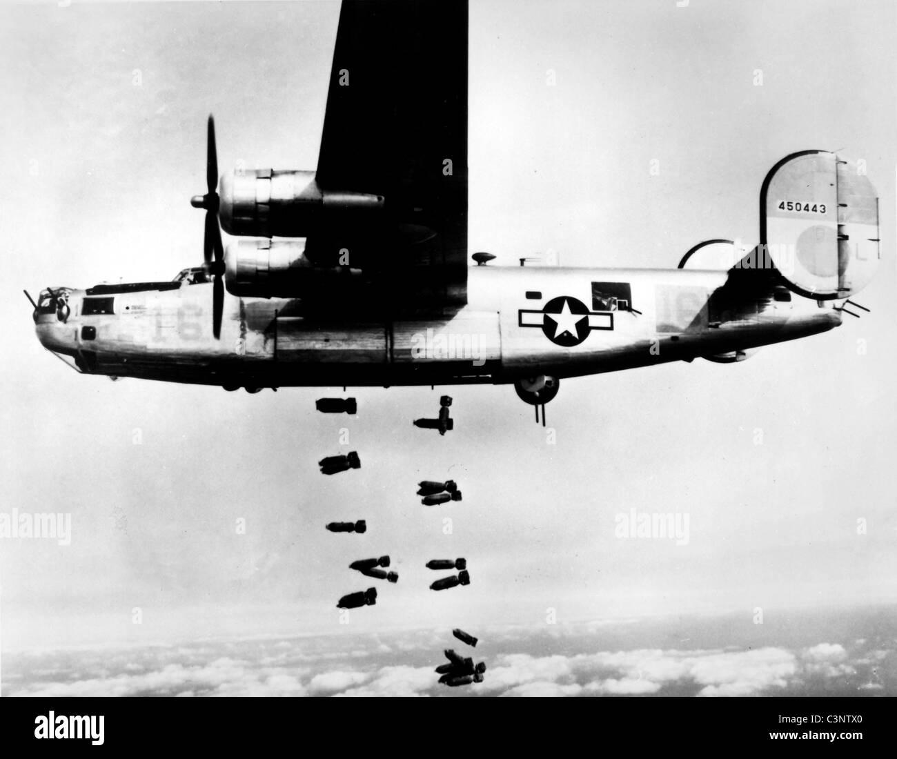 Un consolidato B-24 Liberator del XV A.F. rilascia le sue bombe sul railyards a Muhldorf, Germania il 19 marzo 1945. Immagini Stock