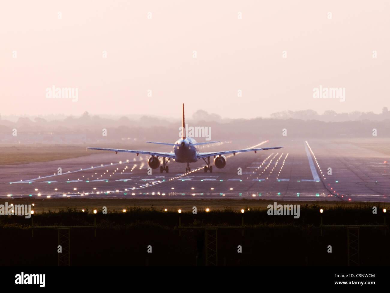 Aeromobile a decollo. Gatwick, Regno Unito. Immagini Stock