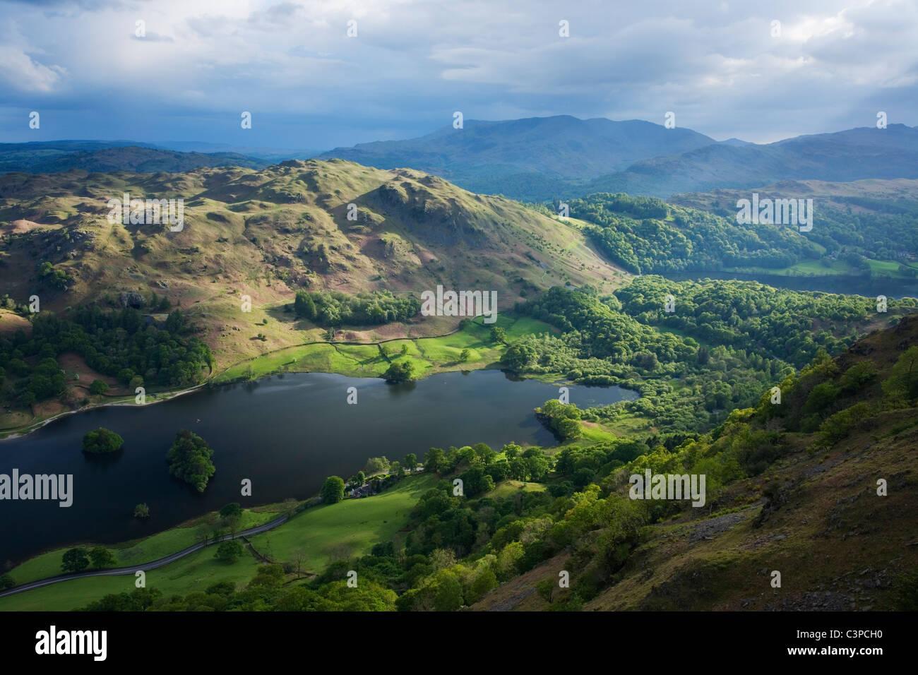 Rydal acqua e Loughrigg è sceso dal NAB di cicatrice con Grassmere al di là. Parco Nazionale del Distretto dei Laghi. Cumbria. In Inghilterra. Regno Unito. Foto Stock