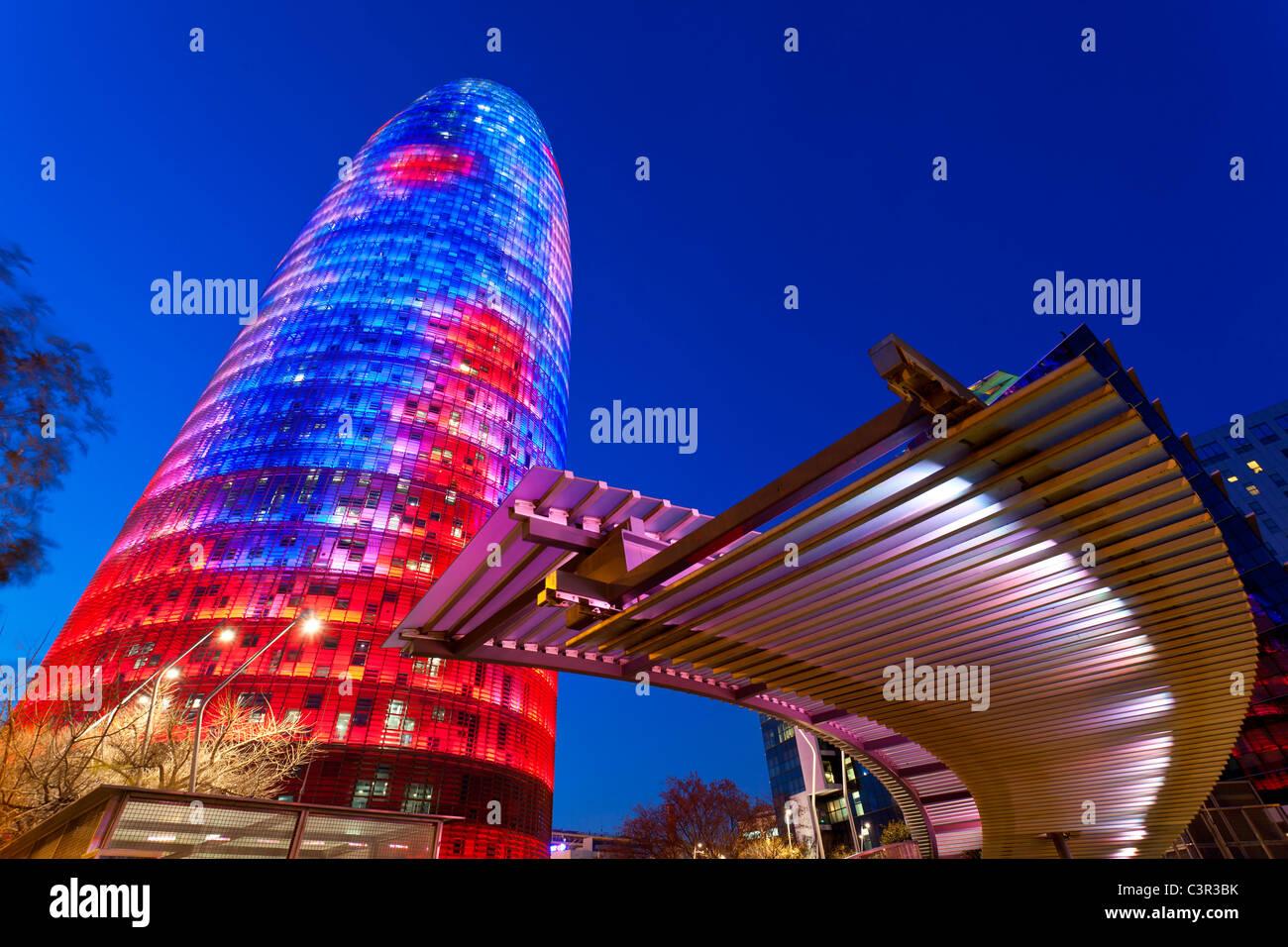 Vista della Torre Agbar (Agbar Tower) e lo skyline di Barcelon, Spagna. Il 32-ufficio di storia highrise misure Immagini Stock
