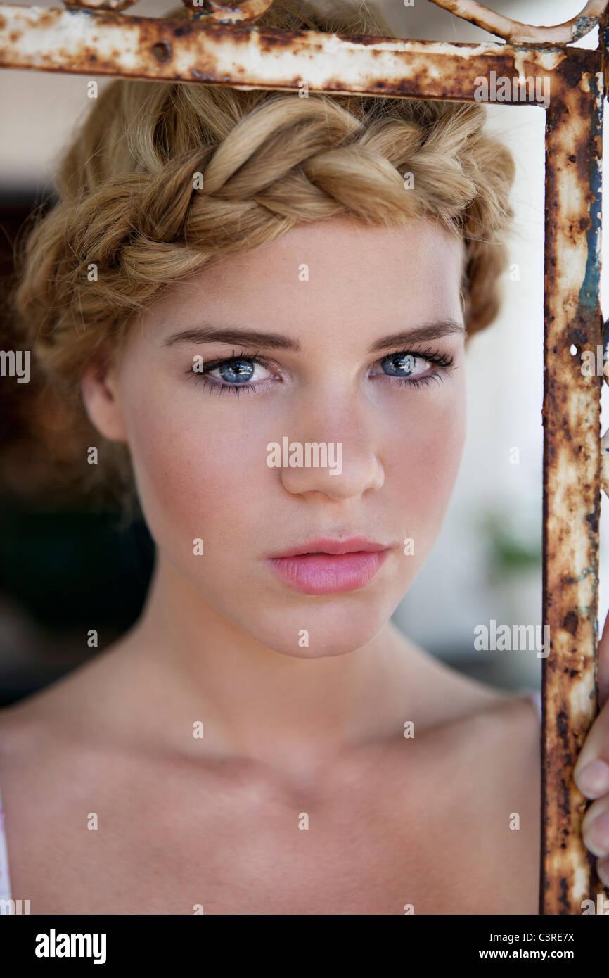 Ragazza guardando nella telecamera Immagini Stock