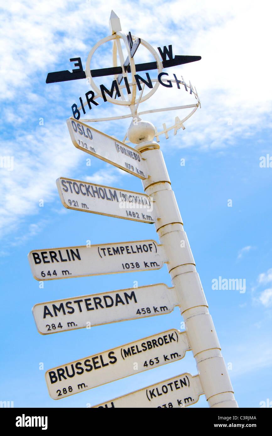 Dito post presso l'Aeroporto Internazionale di Birmingham International evidenziando le destinazioni di viaggio. Immagini Stock