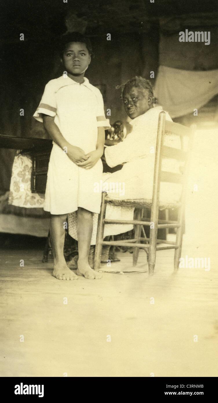 Americano africano nero figli di mezzadri 1930s grande depressione estrema povertà razzismo due ritratto Immagini Stock