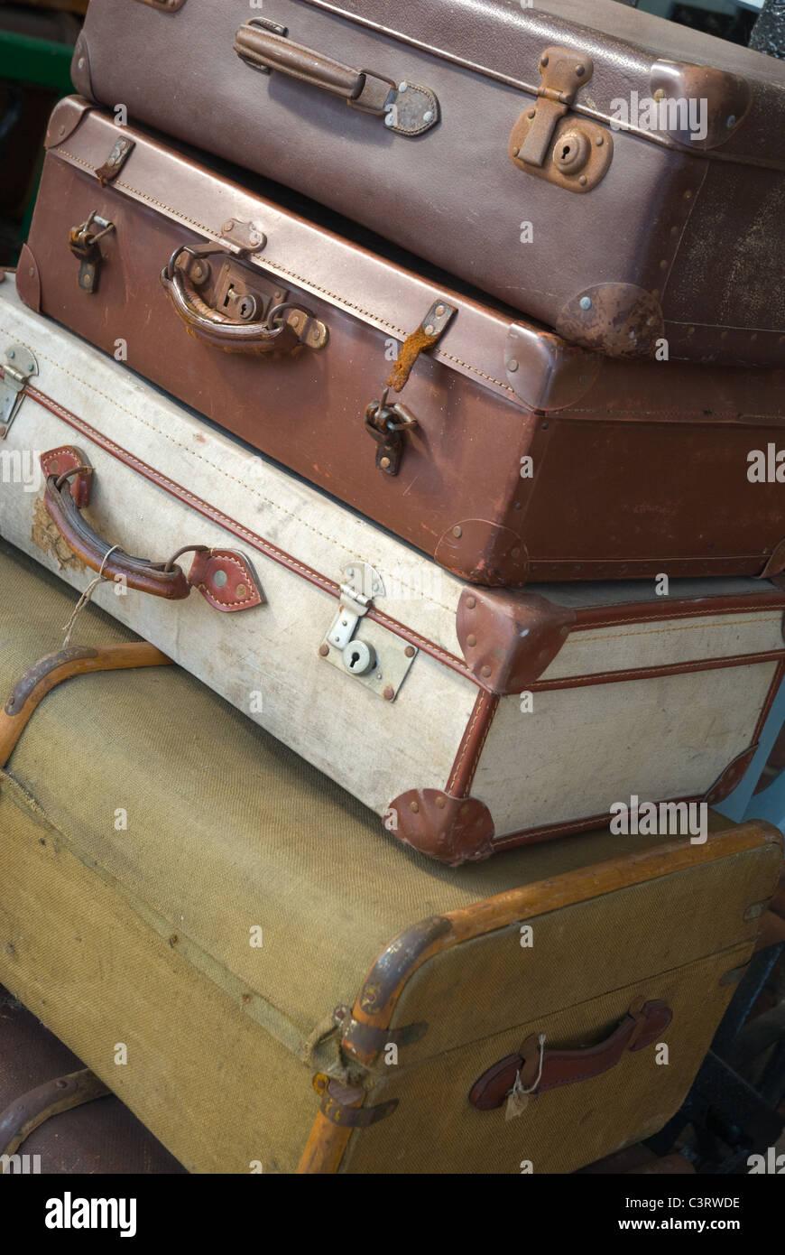 Bagagli di viaggio su una piattaforma ferroviaria Immagini Stock
