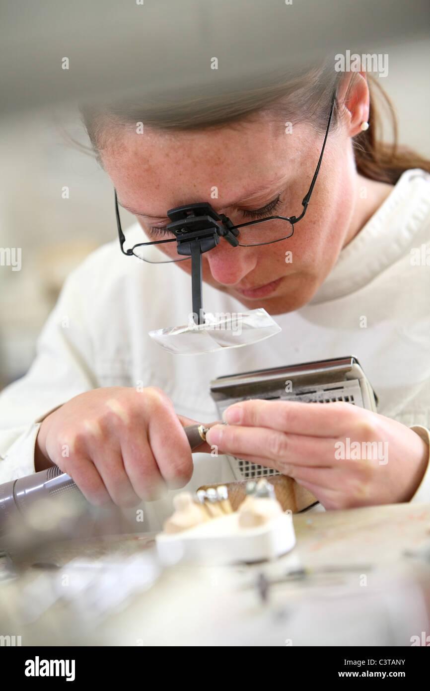 Lavorare in un laboratorio odontotecnico Immagini Stock