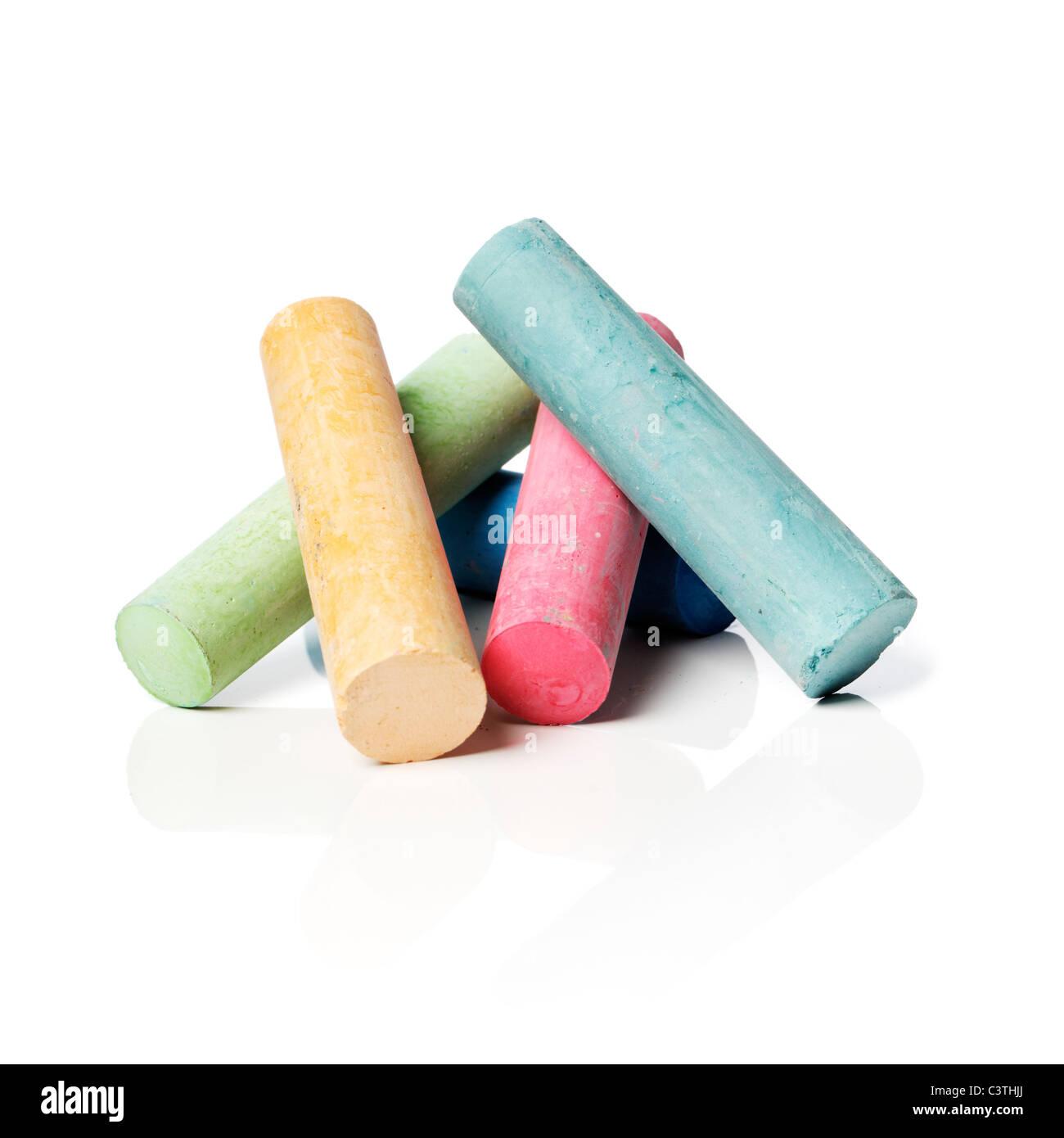 Marciapiede colorato i gessi su sfondo riflettente con ombra naturale. Foto Stock
