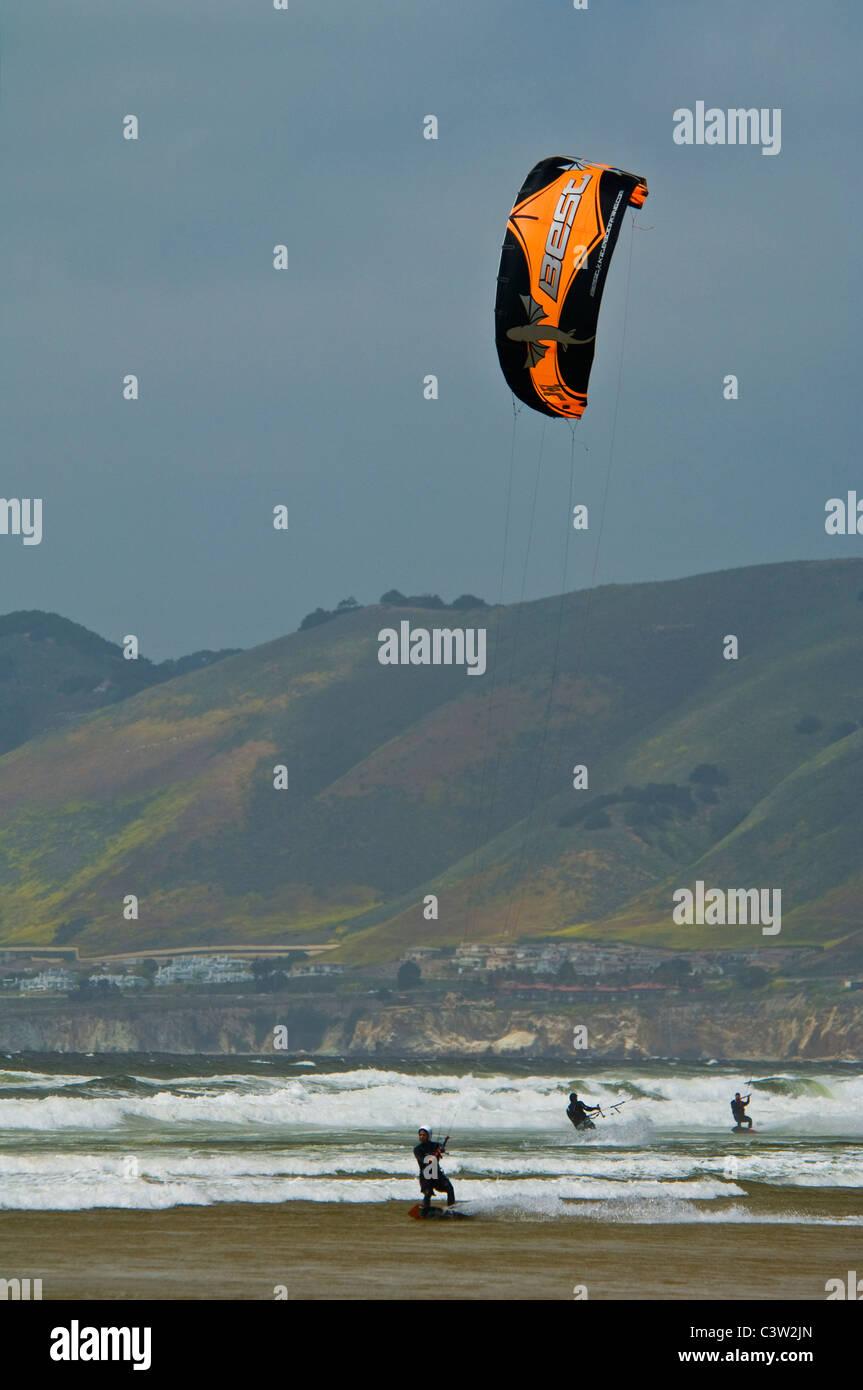 Parasurfing a stato Oceano Beach, Oceano, California Immagini Stock