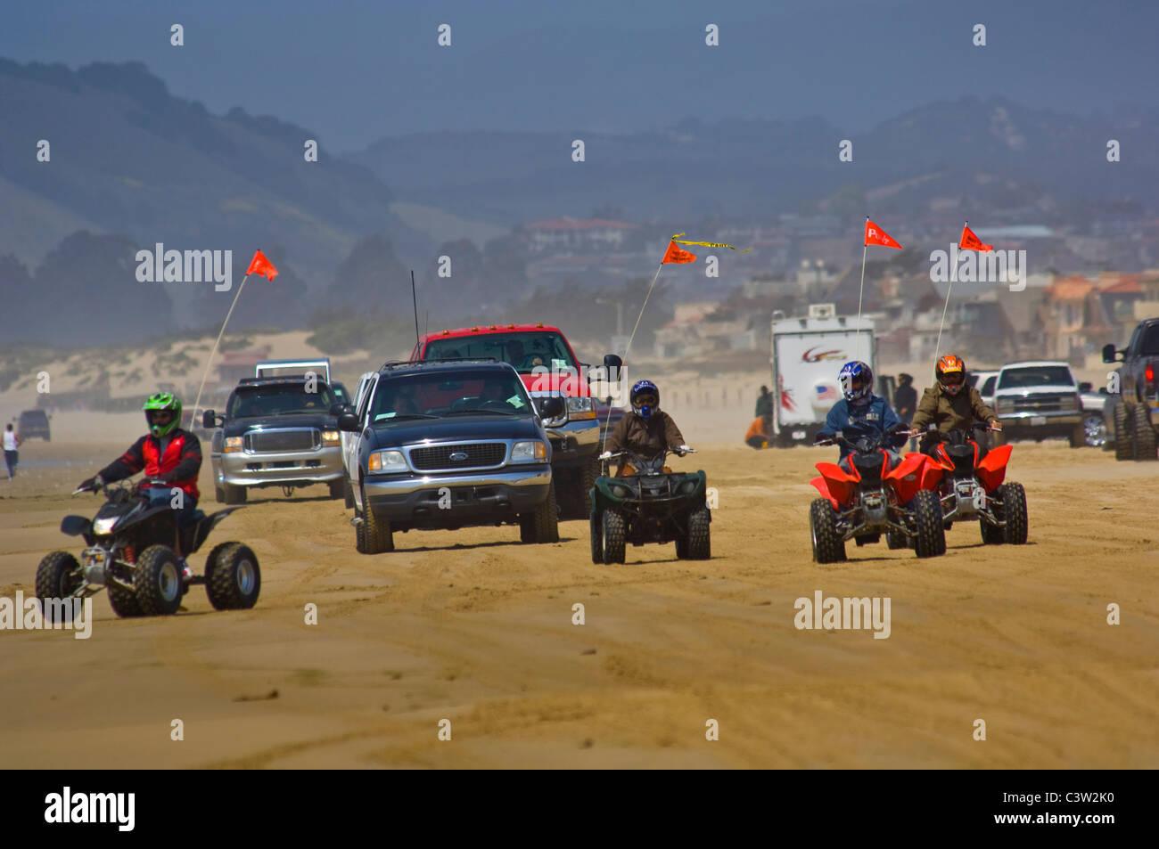 ATV e veicoli passeggeri guida su sabbia al Oceano Dunes State Vehicular Recreation Area, Oceano, California Immagini Stock