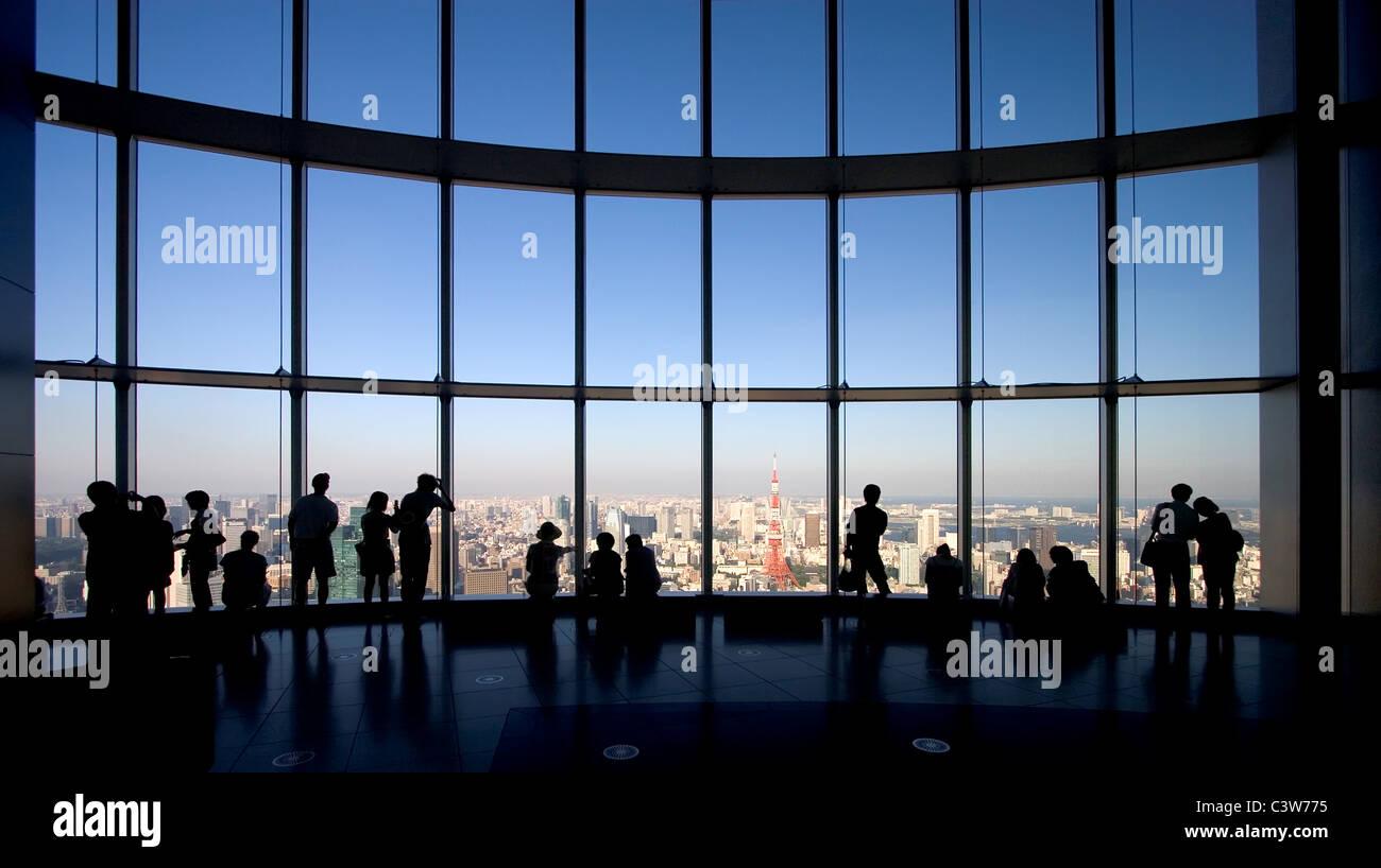Piattaforma di osservazione in Mori Tower a Roppongi Hills, Tokyo con vedute panoramiche della città. Immagini Stock