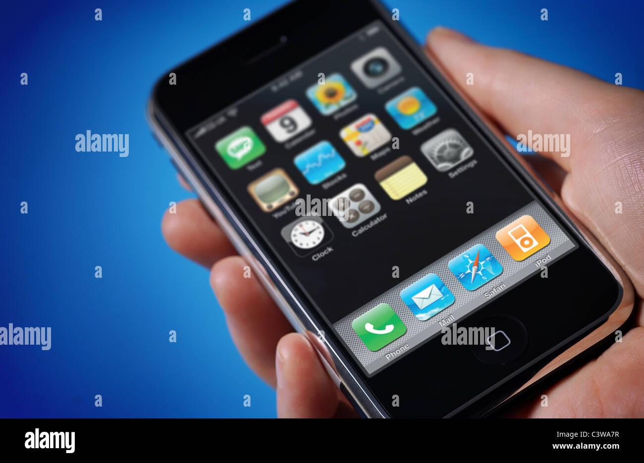 Vista Di Un Iphone In Un Maschio Di Mano Contro Un Semplice Sfondo