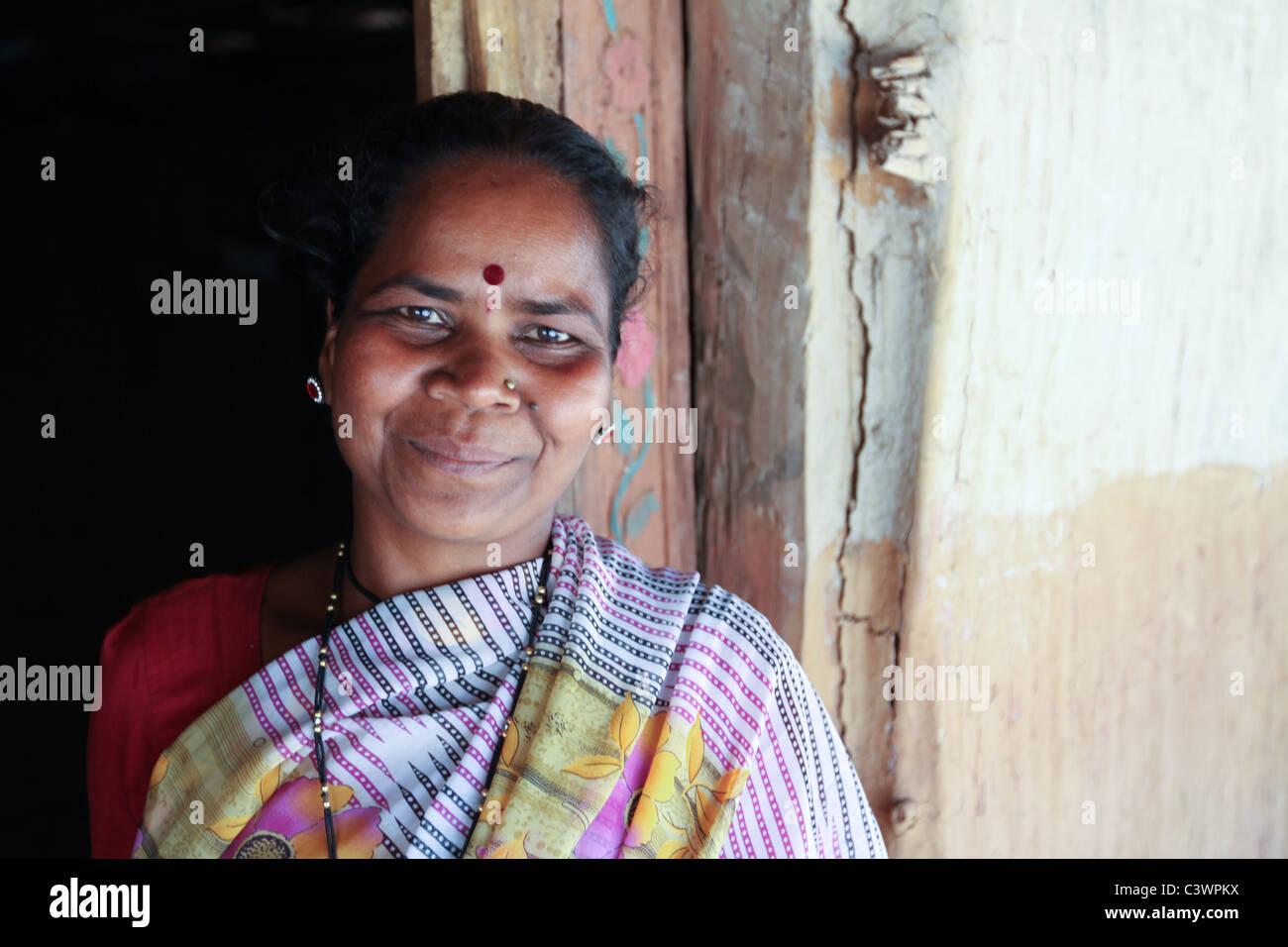 Una donna tribale nel Maharashtra in India Immagini Stock