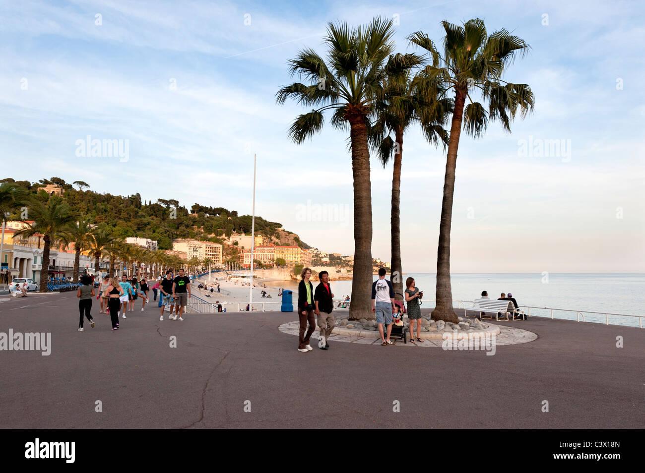 Inizio serata estiva sulla Promenade des Anglais di Nizza sulla costa azzurra Immagini Stock
