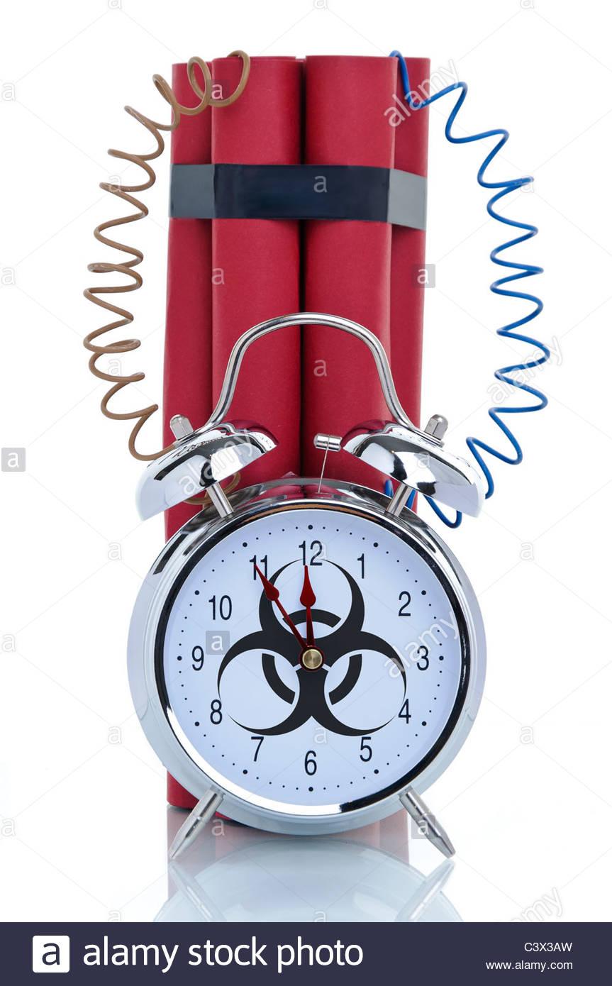 Bomba, orologio sveglia con segnale di rischio biologico e la dinamite bastoni, immagine simbolica Immagini Stock